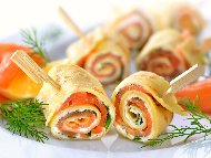 Парти хапки предястие от солени палачинки с крем от рикота, заквасена сметана, бейби спанак и пушена сьомга